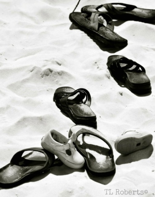 flip flops black and white