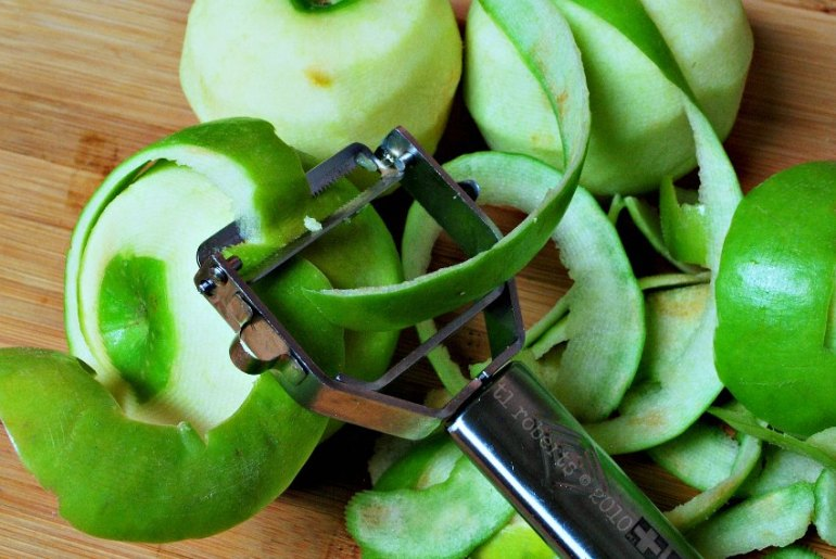 peeled green apples